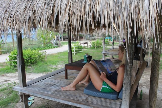 кафе на пляже гили индонезия