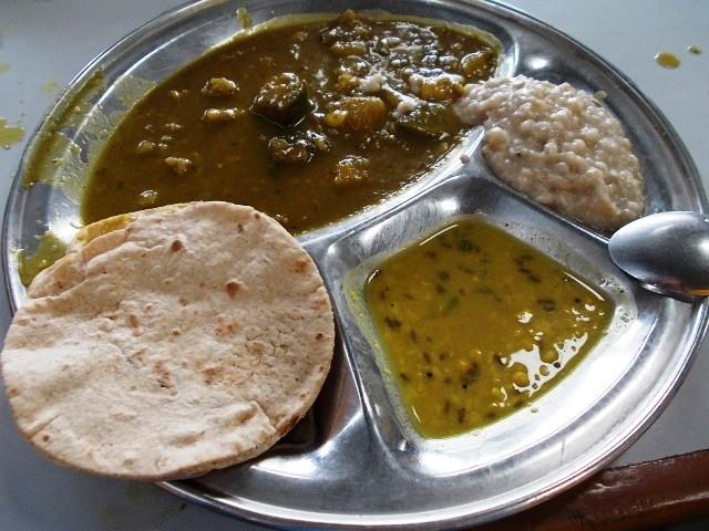 индия кормят в ашраме шантикунджкундж