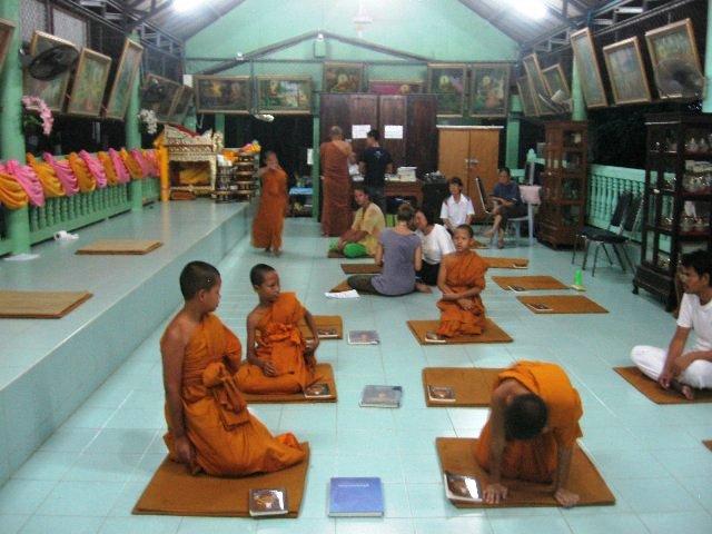 жить в буддистском храме