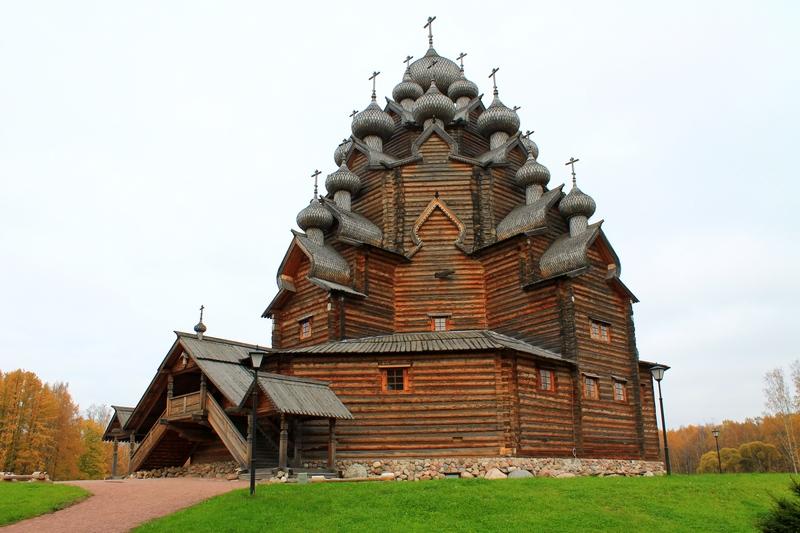 Богословка с деревянной 25 – главой Покровской церковью