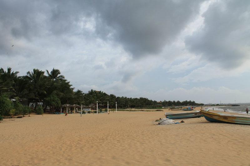 слева пляж негомбо