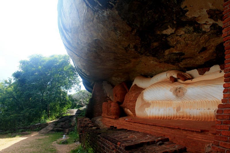 сигирия руины храма лежащий будда фото