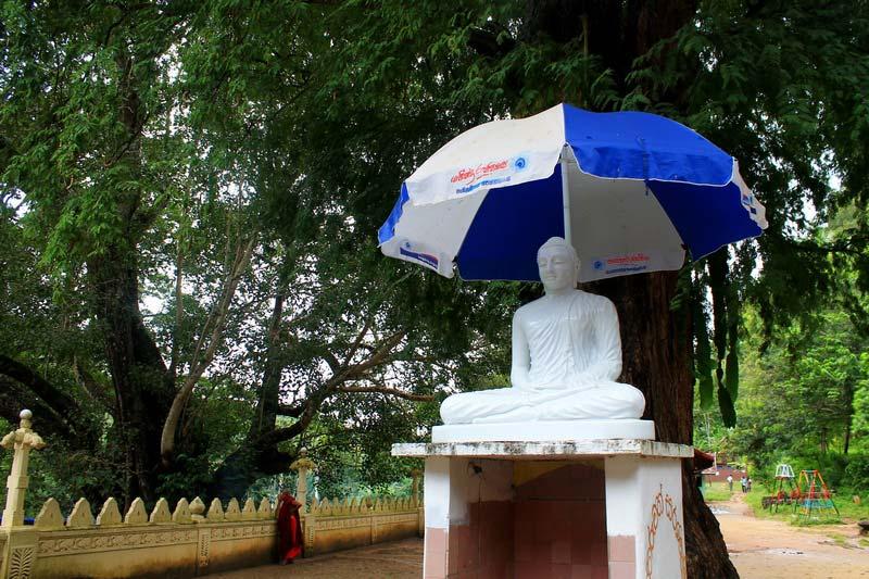 35-статуя-Будды-под-зонтом
