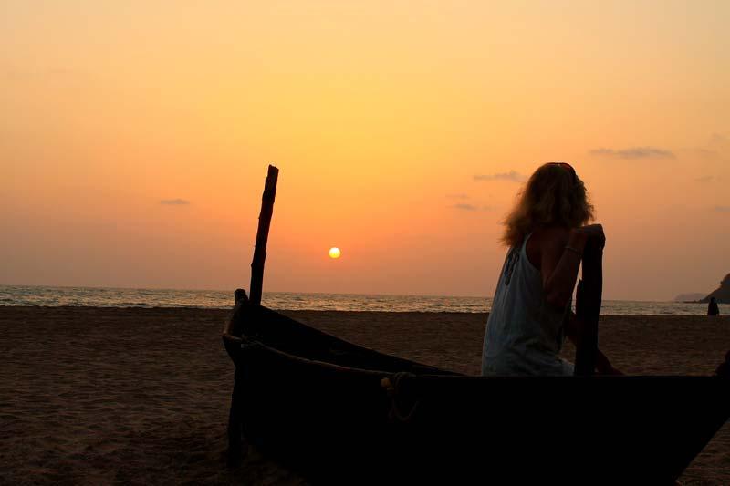 закат-и-девушка-у-моря