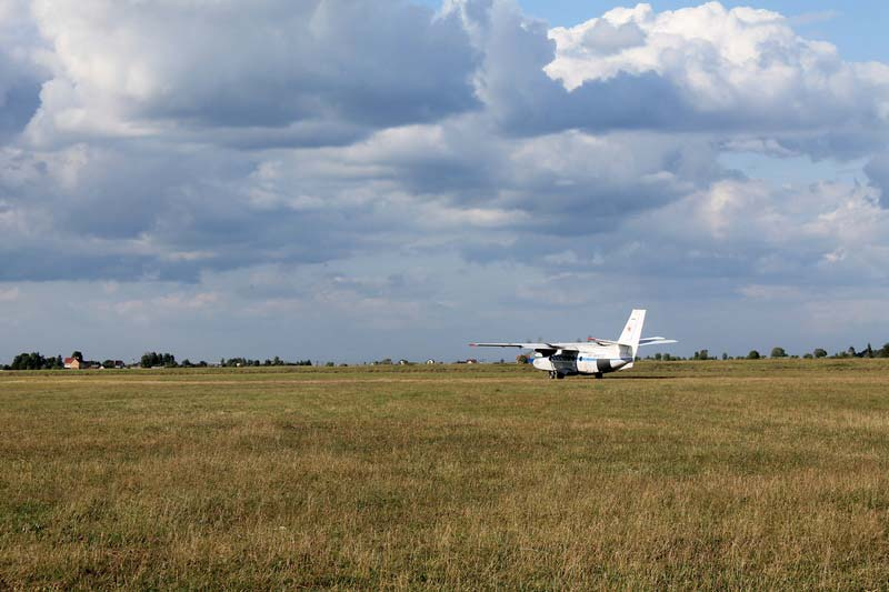 11-самолет-на-поле