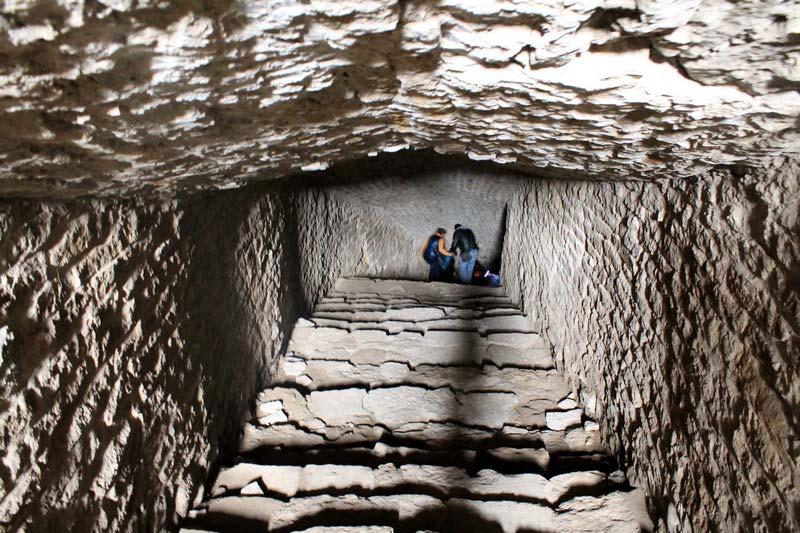 14 люди в подземном коридоре