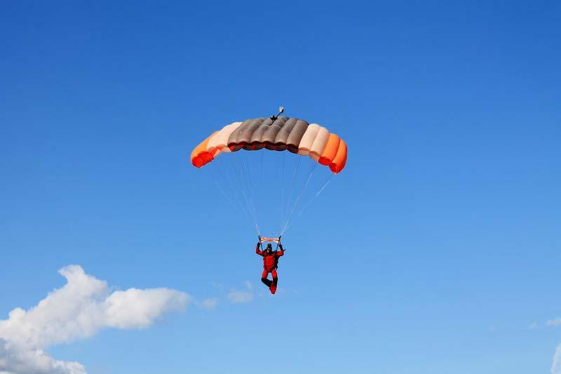 15-парашютист-в-небе