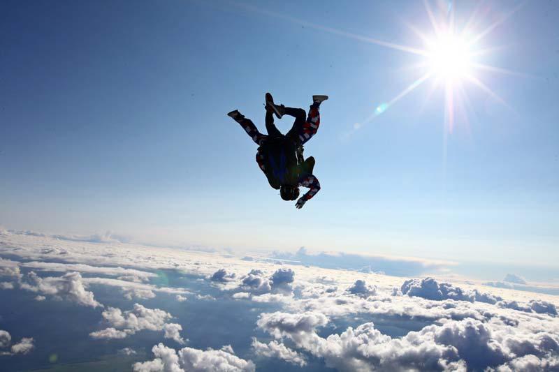20-парашютист-над-облаками