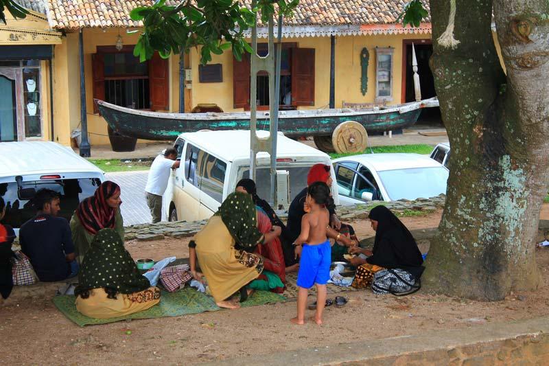 17-ланкийцы-обедают