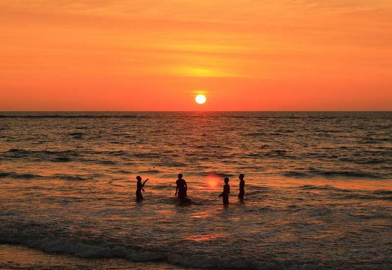 27-купание-на-закате-в-море