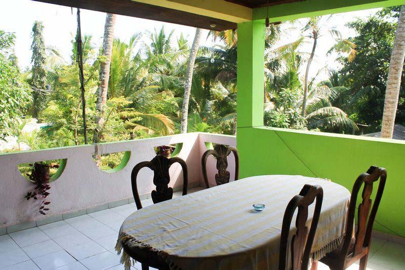 6-стол-на-балконе