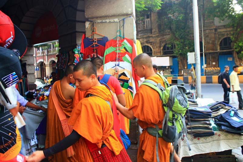 монахи-на-рынке