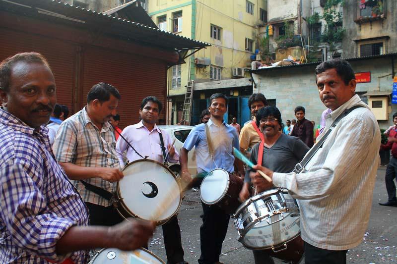 мумбаи-уличные-музыканты-фото-свадьба