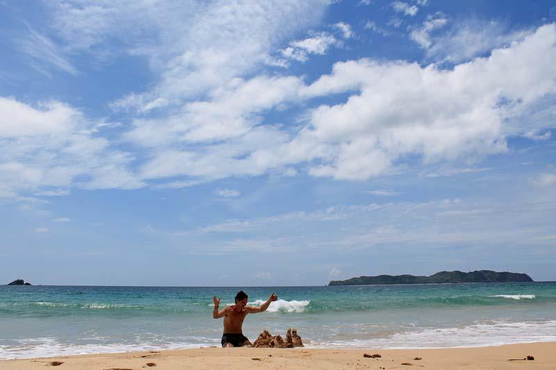 замки на песке у моря