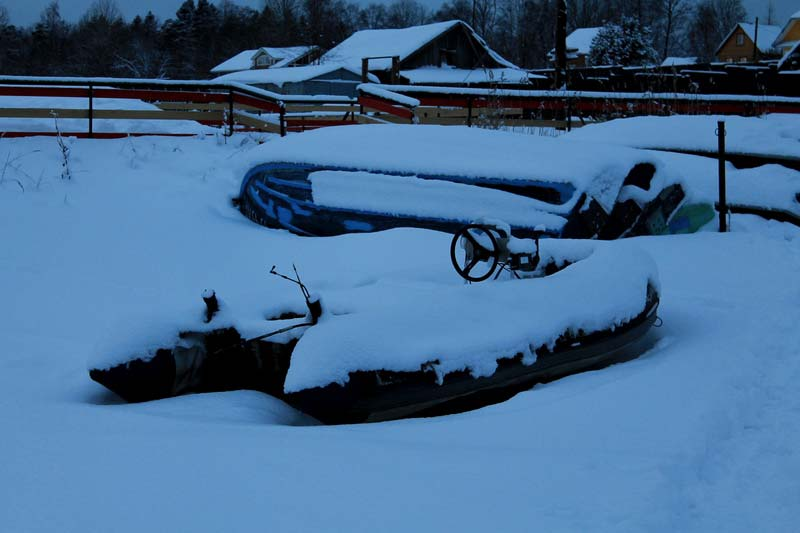 31-ладога-зимняя-катер-в-снегу-фото