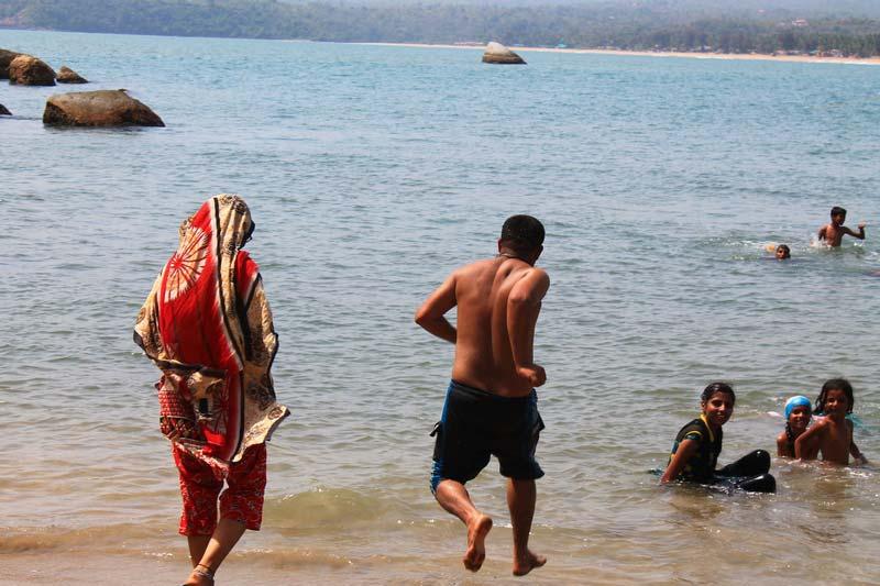 41-индусы-купаются