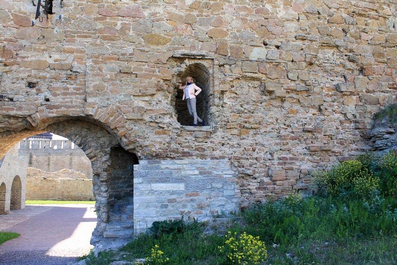 22 крепость стена девушка
