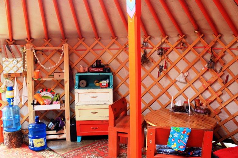 4a-mongolskaya-yurta-vnutri