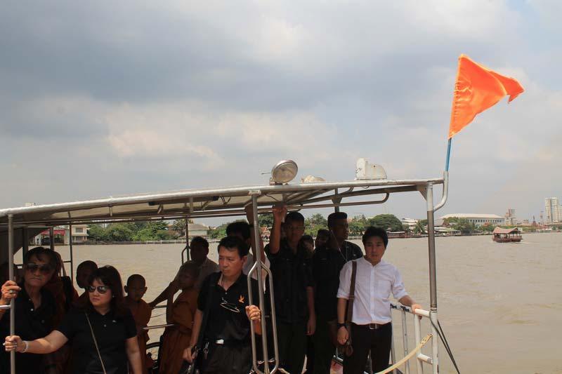 лодка-с-оранжевым-флагом