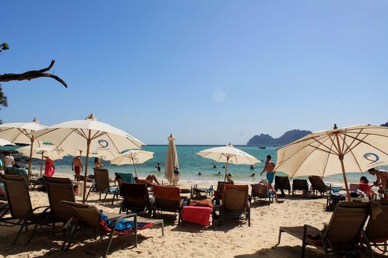 41-лежаки-пхи-пхи-зонтики-на-пляже
