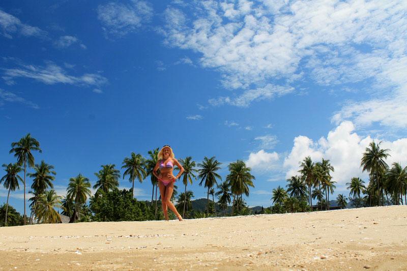 девушка-пляж-пальмы