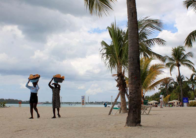 24-доминикана-торговцы-на-пляже