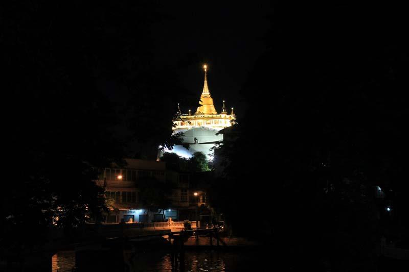 Храм-золотой-горы-вечером