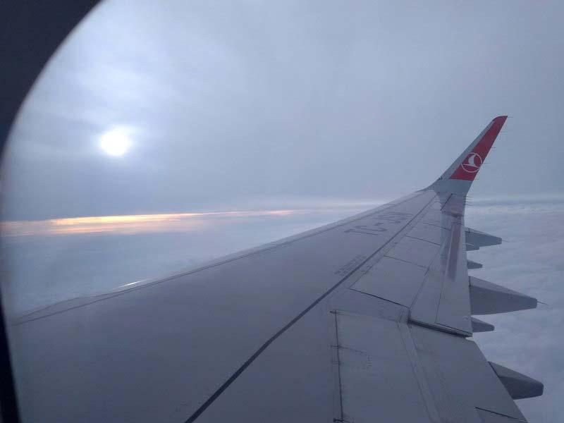 под-крылом-самолета