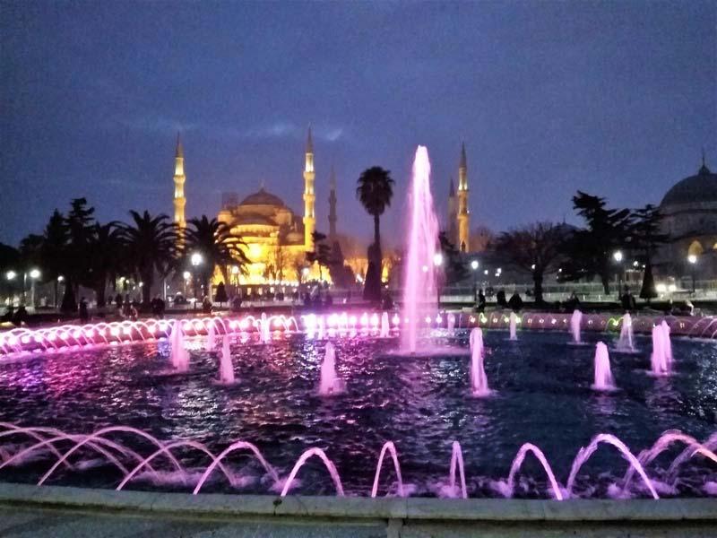 Фонтаны-вечернего-Стамбула